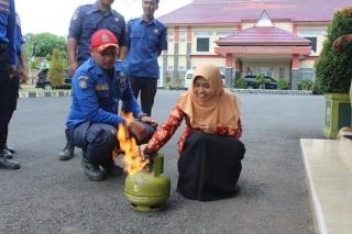 Simulasi memadamkan api yang muncul dari tabung gas