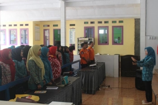 Menyanyikan Lagu Indonesia Raya sebelum kegiatan dimulai