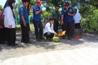 Simulasi memadamkan api yang keluar dari tabung gas