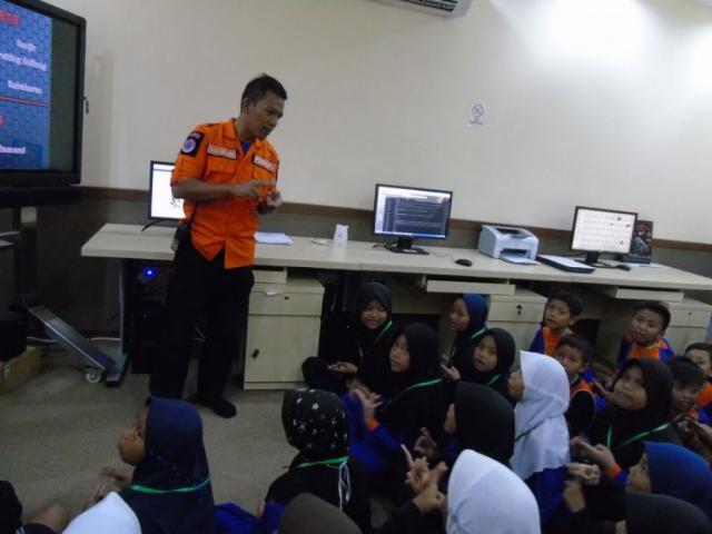 Pemberian materi kebencanaan kepada siswa siswi peserta web gts