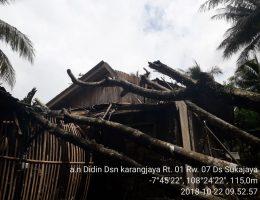 Rumah Terimpa Pohon Tumbang