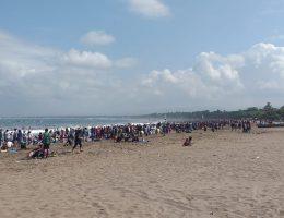 Wisatawan Memenuhi Pantai Pangandaran